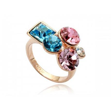 Arannyal futtatott gyűrű, különböző méretű és alakú Swarovski kristályokkal díszítve.