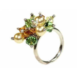 Gyűrű többfajta alakú ezüstbe foglalt Swarovski kristályból és Swarovski kristálygyöngyből.