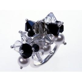 Ezüst gyűrű különböző Swarovski kristálykomponensekkel.