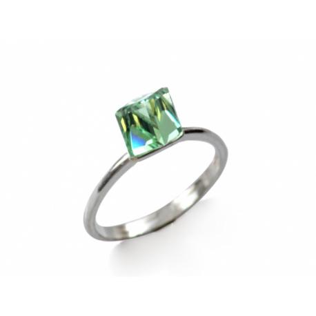 Gyűrű ezüstbe foglalt Swarovski kristálykockával.