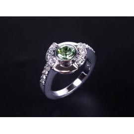 Nikkelmentes, antiallergén ötvözetű gyűrű Swarovski kristályokkal kirakva.