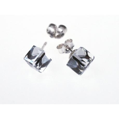 Fülbevaló ezüstbe foglalt Swarovski kristálykockával.