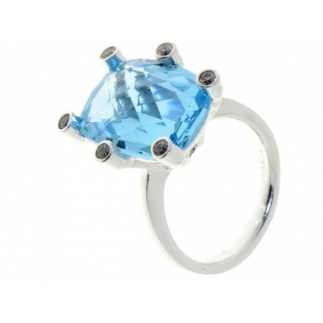 Ezüstbe foglalt ovális alakú Swarovski kristály gyűrű. A foglalatok végén Swarovski kristály van
