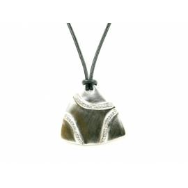 Bőr nyakék háromszög alakú rodiumozott nikkelmentes, medállal amely Swarovski kristályokkal van díszítve.
