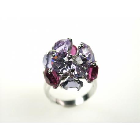 Ródiumozott nikkelmentes, antiallergén ötvözetű gyűrűre fogatott Swarovski kristályok.